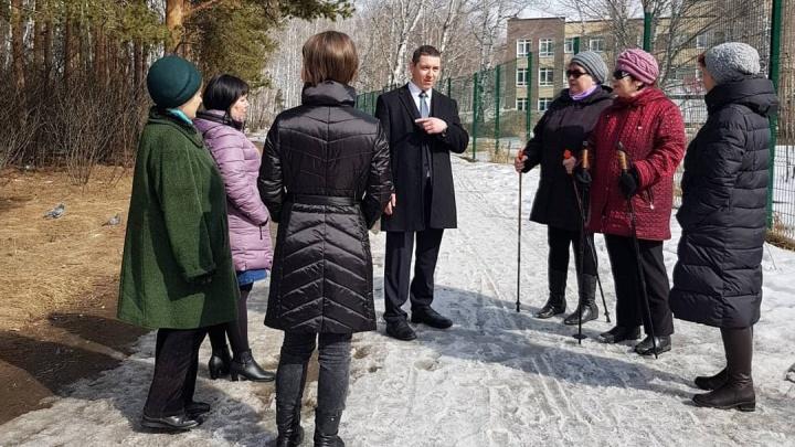 «Приезжал попозировать для фото»: защитники леса на Захаренко обвинили депутата в пиаре за их счёт