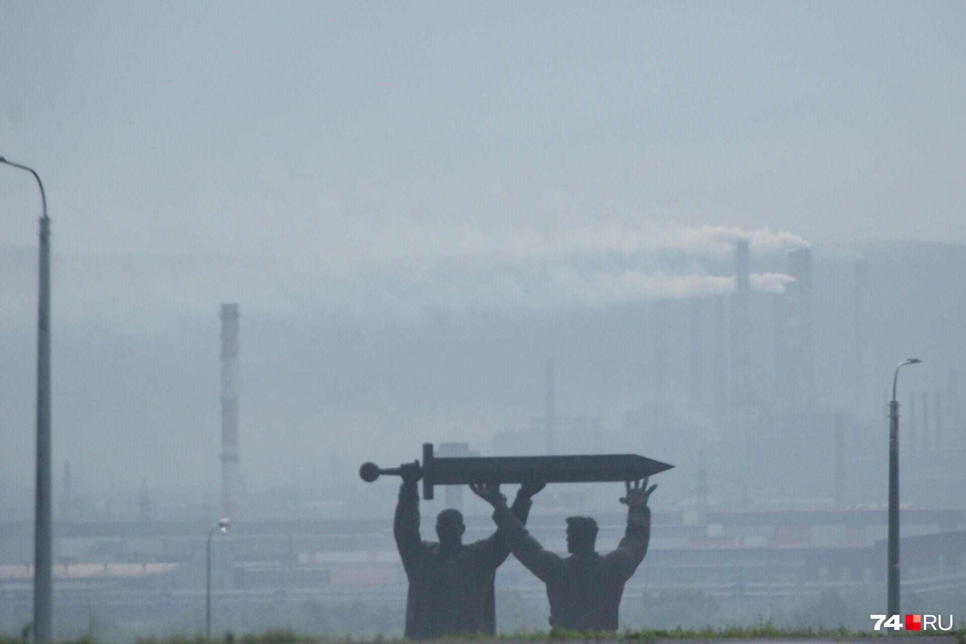 Монумент «Тыл — фронту» традиционно на фоне дымящего ММК