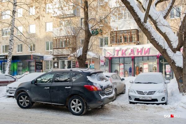 Многие водители вынуждены ставить машины на газонах, когда места на разрешенных парковках заняты