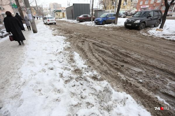 На центральных улицах заметно, что вывозят снег, а вот до небольших переулков подрядчики ещё не могут добраться