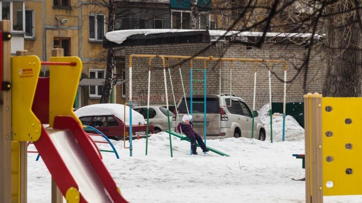«Эти качели вообще надо снести!»: жильцы устроили парковку в шаге от детской площадки