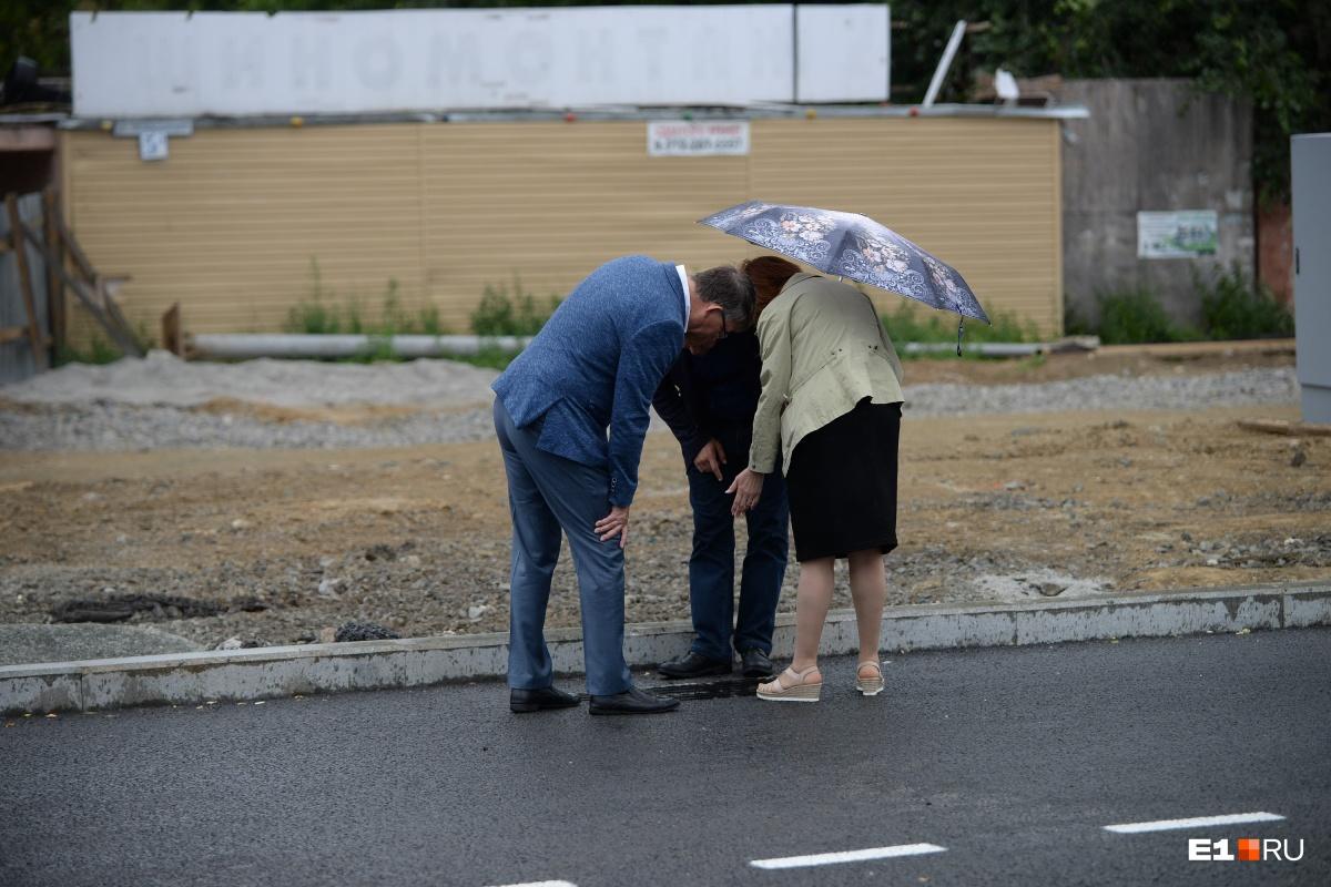 Чиновники инспектируют ливнёвку на новом мосту
