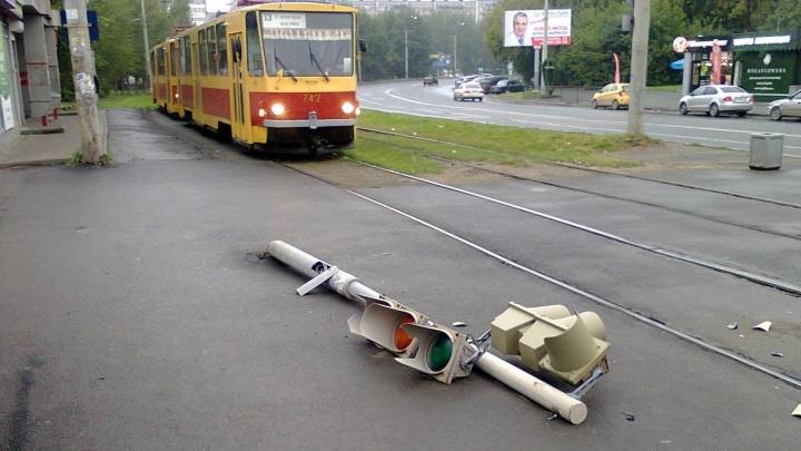 """""""Лежит и моргает"""": на ЖБИ уронили на асфальт светофор"""
