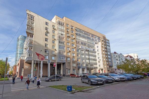 Квартира находится на улице Энгельса, рядом с «кварталом миллионеров» — улицей Красноармейской
