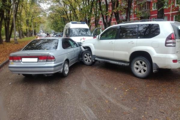 По данным аваркомов, «Тойота» в момент ДТПвыезжала со двора