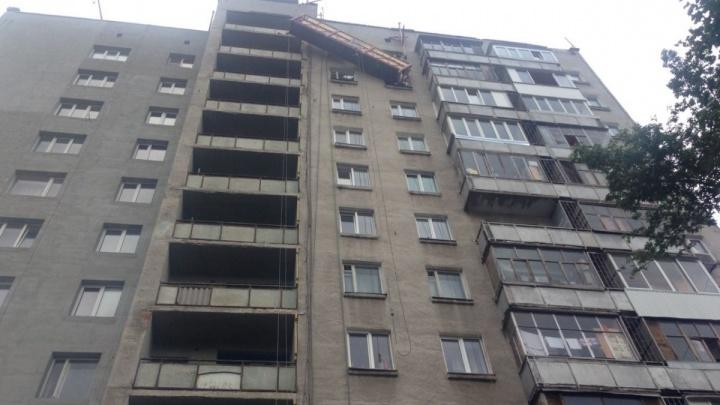 Подробности ЧП в Уфе: рабочих из падающего подъемника вытащили спасатели