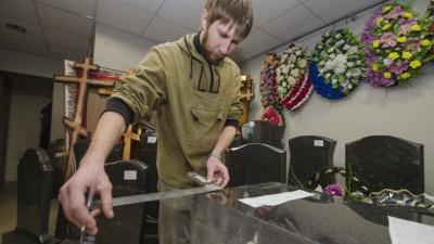 «Живых рисовать тоже хочется»: художник из Архангельска рассказал о работе в ритуальном агентстве