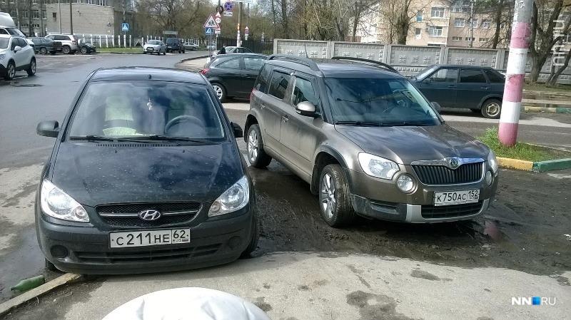 «Короли парковки»: почему автовладельцы перекрывают машинами съезды с бордюров?