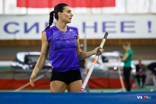 Елена Исинбаева постигает азы плавания
