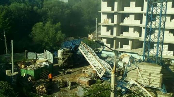 В Ярославле на стройке рухнул кран: пострадали два человека