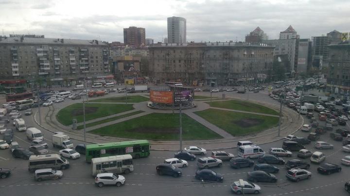 Авария с двумя машинами перекрыла движение на площади Калинина