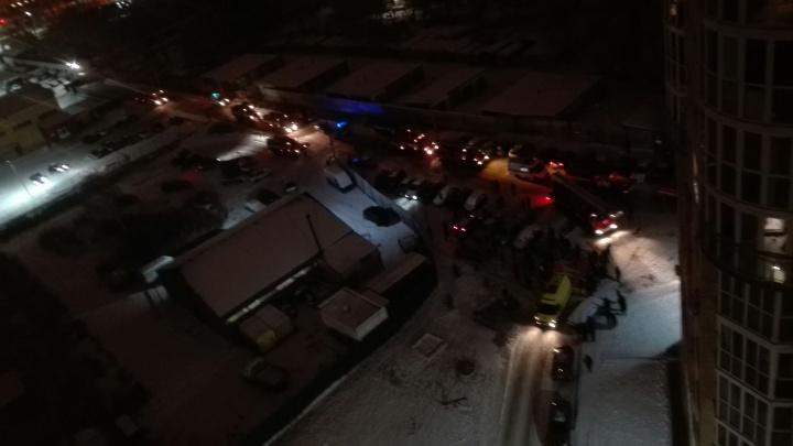 В Омске эвакуировали многоэтажку на Пригородной из-за загоревшегося лифта