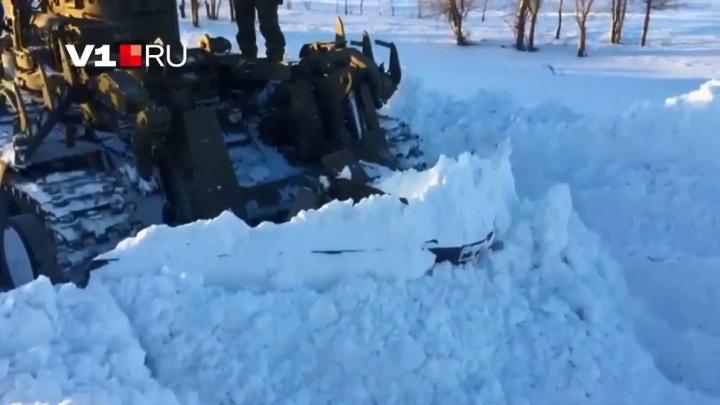 «Чистили дороги до колодцев»: в Волгоградской области с помощью танков убирают непроходимые сугробы