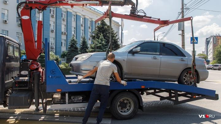 «Объясните блондинке, я всё правильно сделала?»: в центре Волгограда почистили забитые парковки