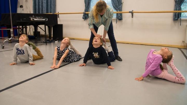 Сесть на шпагат и навсегда отказаться от конфет: знакомимся с будущими балеринами, которым еще 5 лет