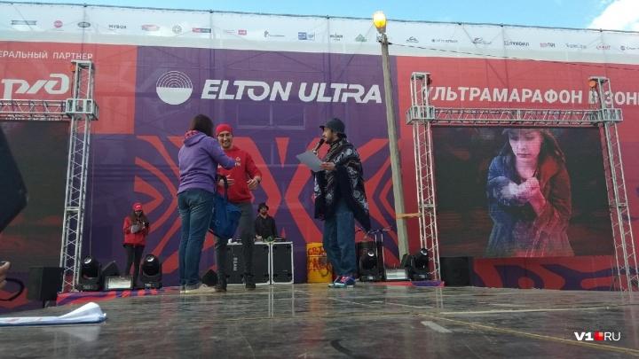 «У ребят большая беда»: москвич пробежал 84 километра вокруг Эльтона, чтобы помочь друзьям