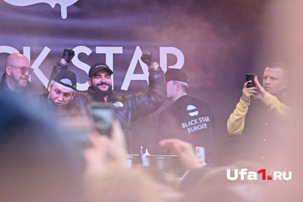 Black Star собрал многосотенную толпу любителей фастфуда.