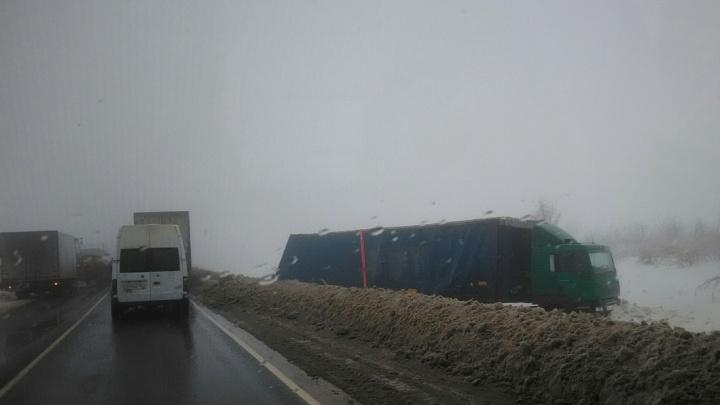 Настоящий хаос: на трассах Волгоградской области фуры из-за метели слетают в кювет