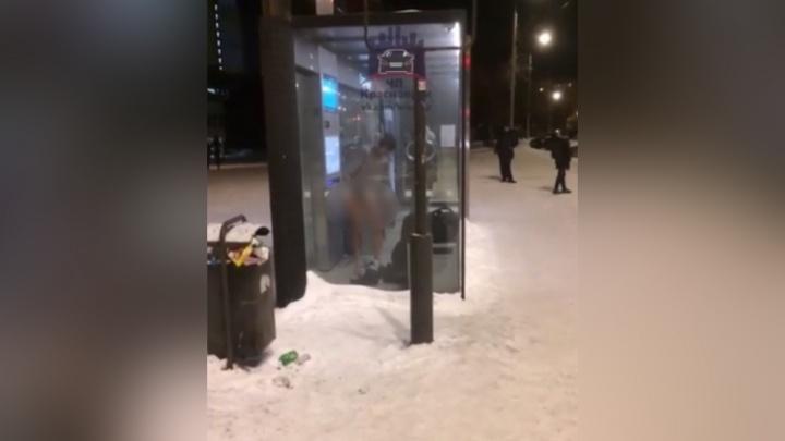 Внутри теплой остановки в Студгородке прятался мужчина без трусов