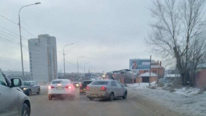 «Объезжаем по встречке»: тройное ДТП парализовало движение на Второй Продольной в Волгограде