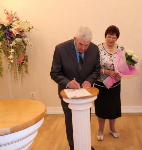 Новосибирская пара отметила в загсе бриллиантовую свадьбу