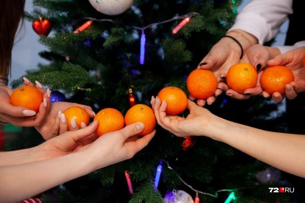 С 23 декабря по 15 января мы закидывалиоранжевые нарисованные фрукты по всем добрым публикациям и просили вас помочь их найти. Самым быстрым вручим призы, как и обещали