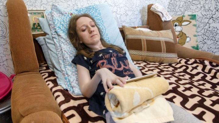 «Радуемся даже тому, что она держит ложку»: волгоградка с неопознанной болезнью вернулась в город