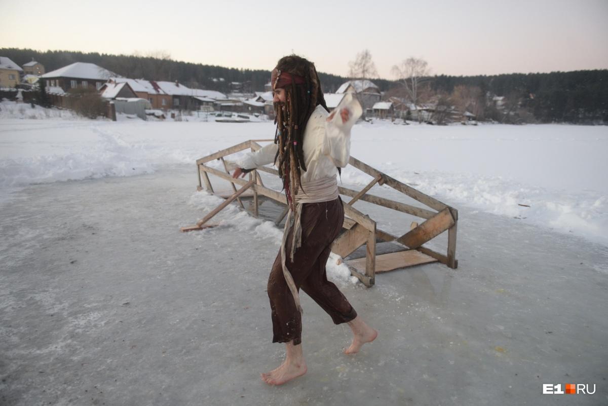 Главное — очень быстро пробежать по льду