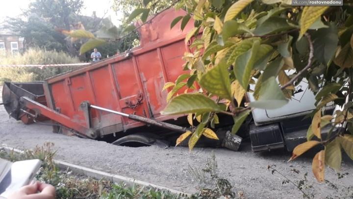 Таганрог верен себе: в городе под землю ушел мусоровоз