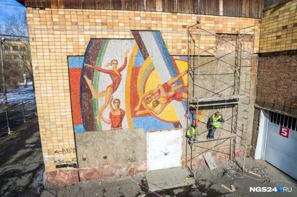 Мозаика украшала весь фасад с разных сторон