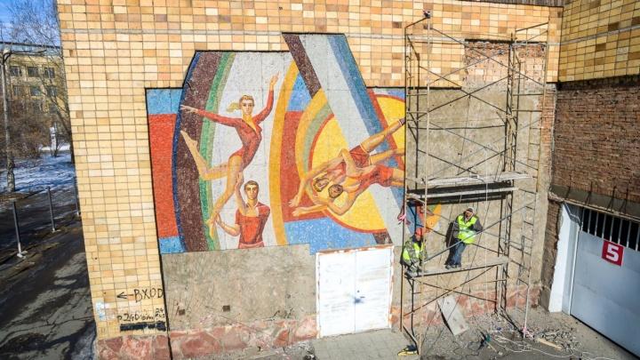Мозаику со стадиона «Енисей» отказались вернуть на здание. Что с ней будет дальше?