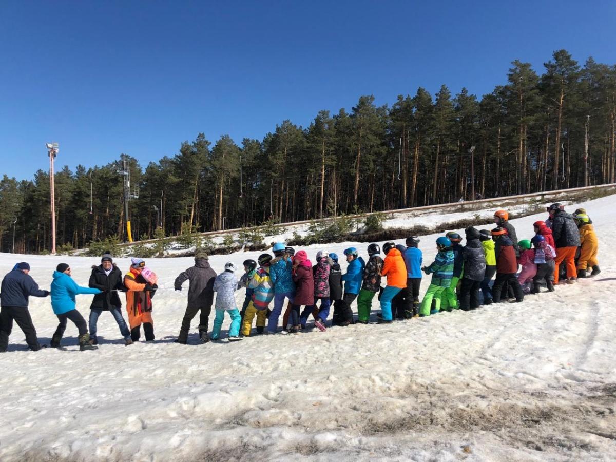 Для детей устроили соревнования по перетягиванию каната