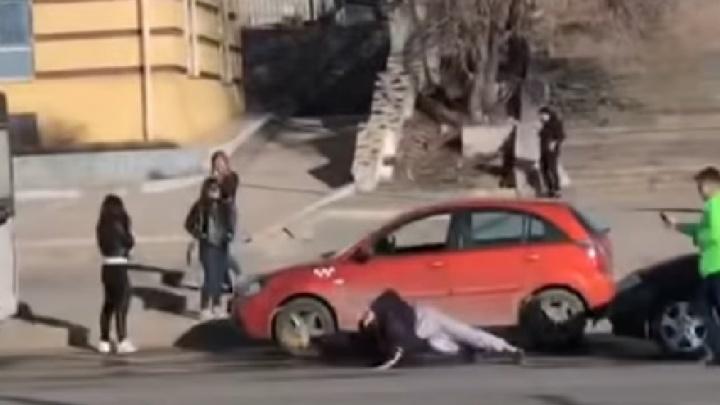 Очевидцы: «В Самаре двое таксистов подрались из-за пассажира»
