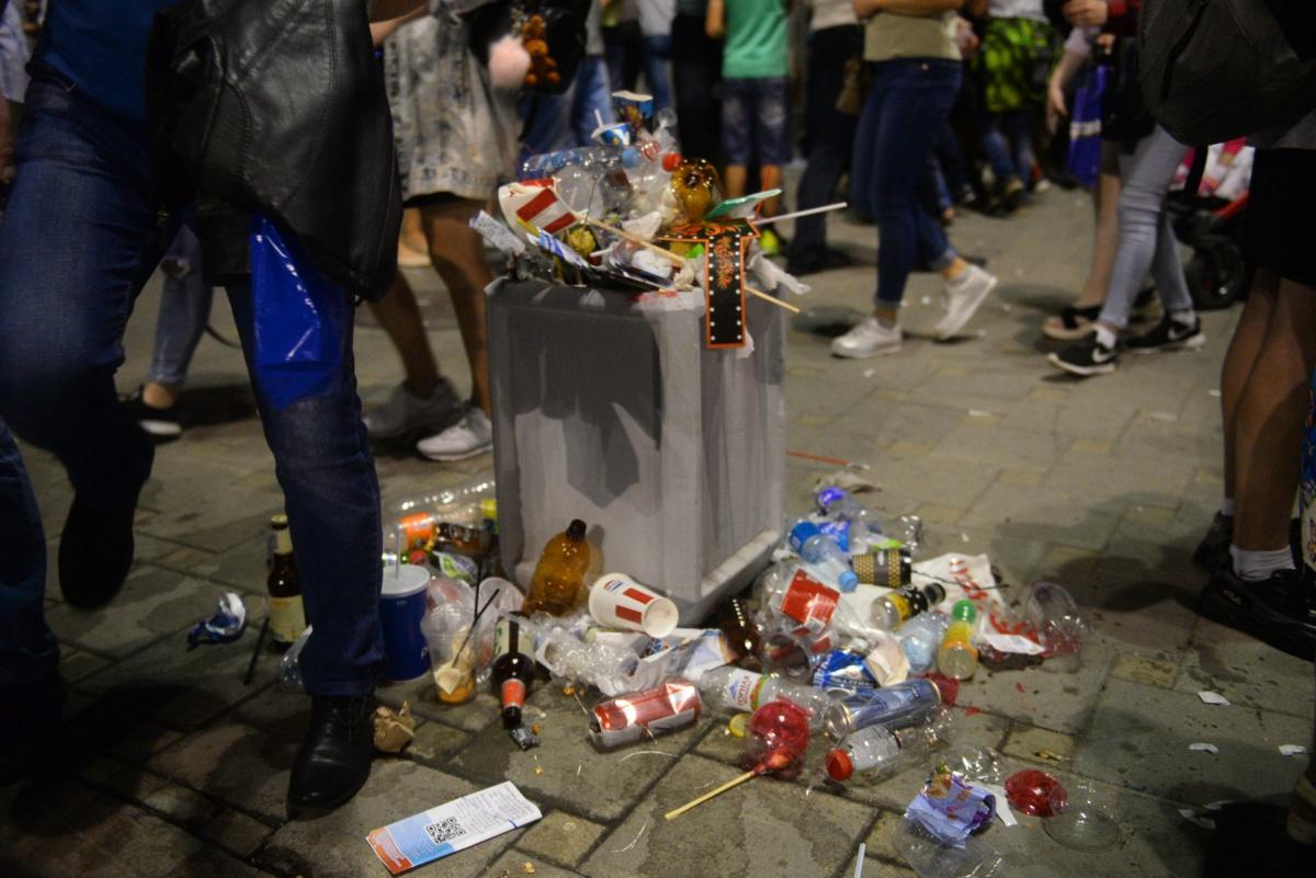 В День города урны были завалены мусором