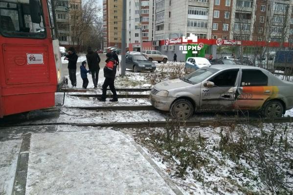 На двери машины после столкновения осталась дыра