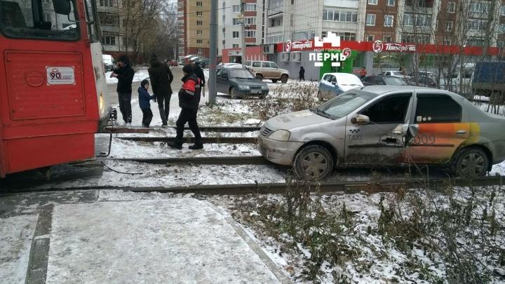 На кузове осталась дыра: в Перми трамвай протаранил такси