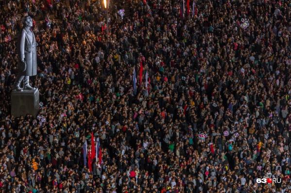 Во время фан-феста на площади Куйбышева: самого Куйбышева едва видно