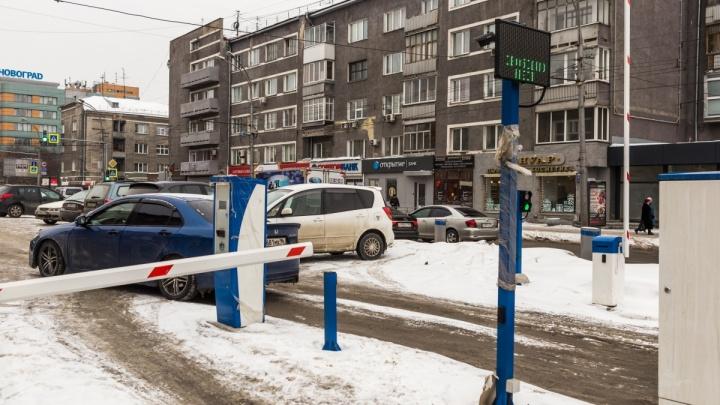 На перекрёстке Красного проспекта и Крылова начали брать деньги за парковку