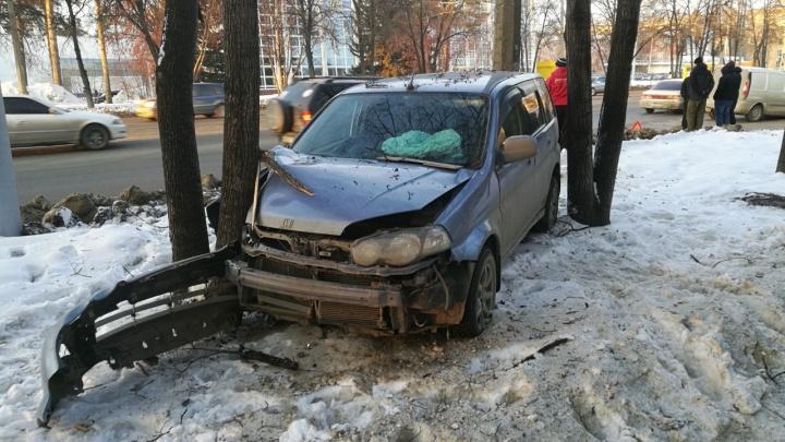Три автомобиля попали в ДТП на Богдашке: Honda перепрыгнула вал снега и влетела в дерево