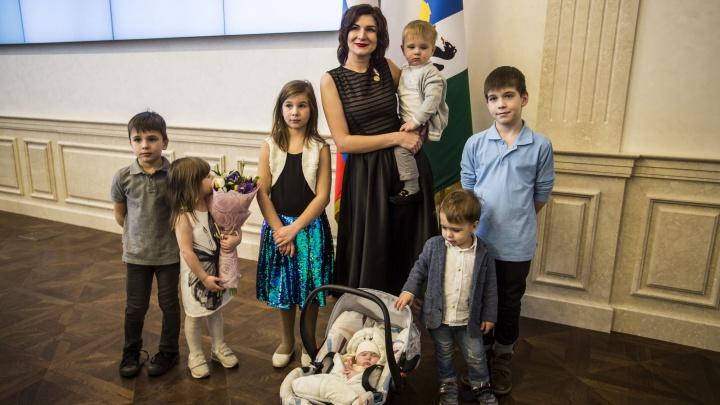 Медаль за пятёрку: многодетные мамы получили по 50 тысяч от правительства