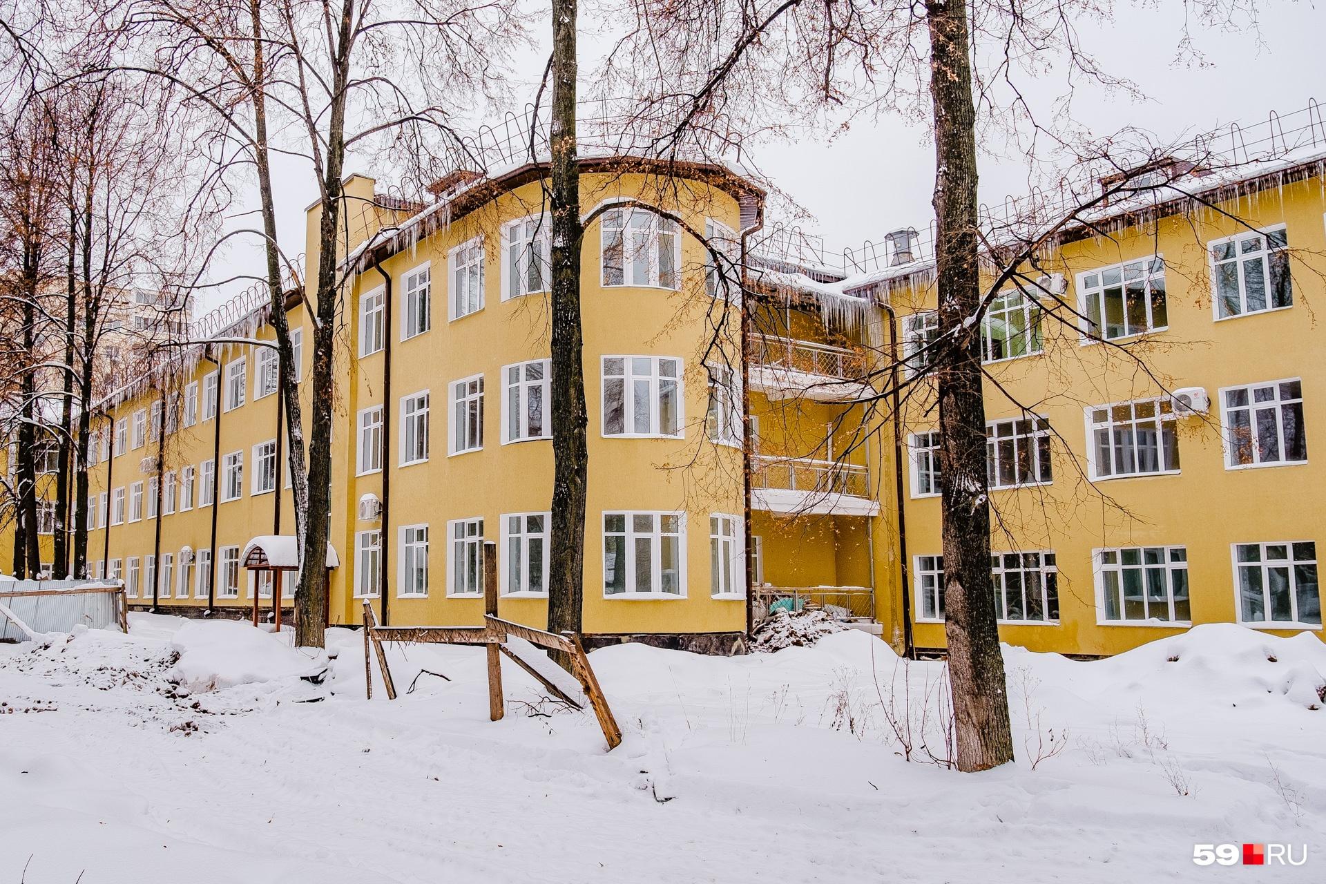 Одно из зданий больницы на Грачева построено в стиле конструктивизма