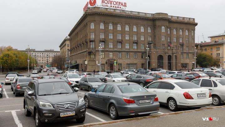 «Приходится соглашаться на всё»: водители такси в Волгограде пожаловались на свою беззащитность