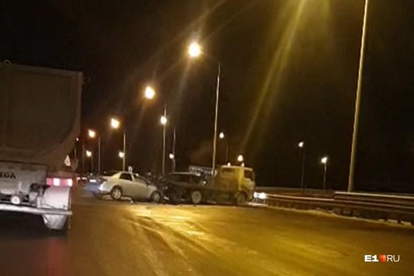 В ДТП попали грузовик и эвакуатор