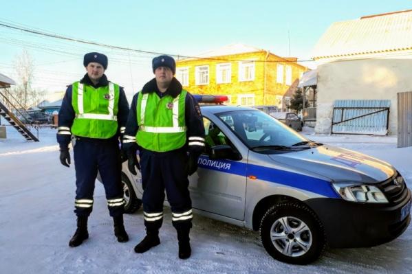 ИнспекторыВасилий Семёнов и Александр Сисетров заметили пенсионера и отогрели его в своём автомобиле