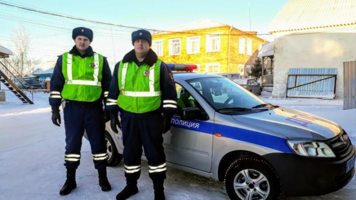 Инспекторы перерыли сугроб ради помощи пенсионеру: он потерял ключи от «Волги» и замерзал на трассе