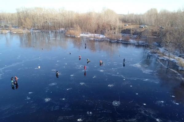 Первая рыбалка собрала около десятка человек