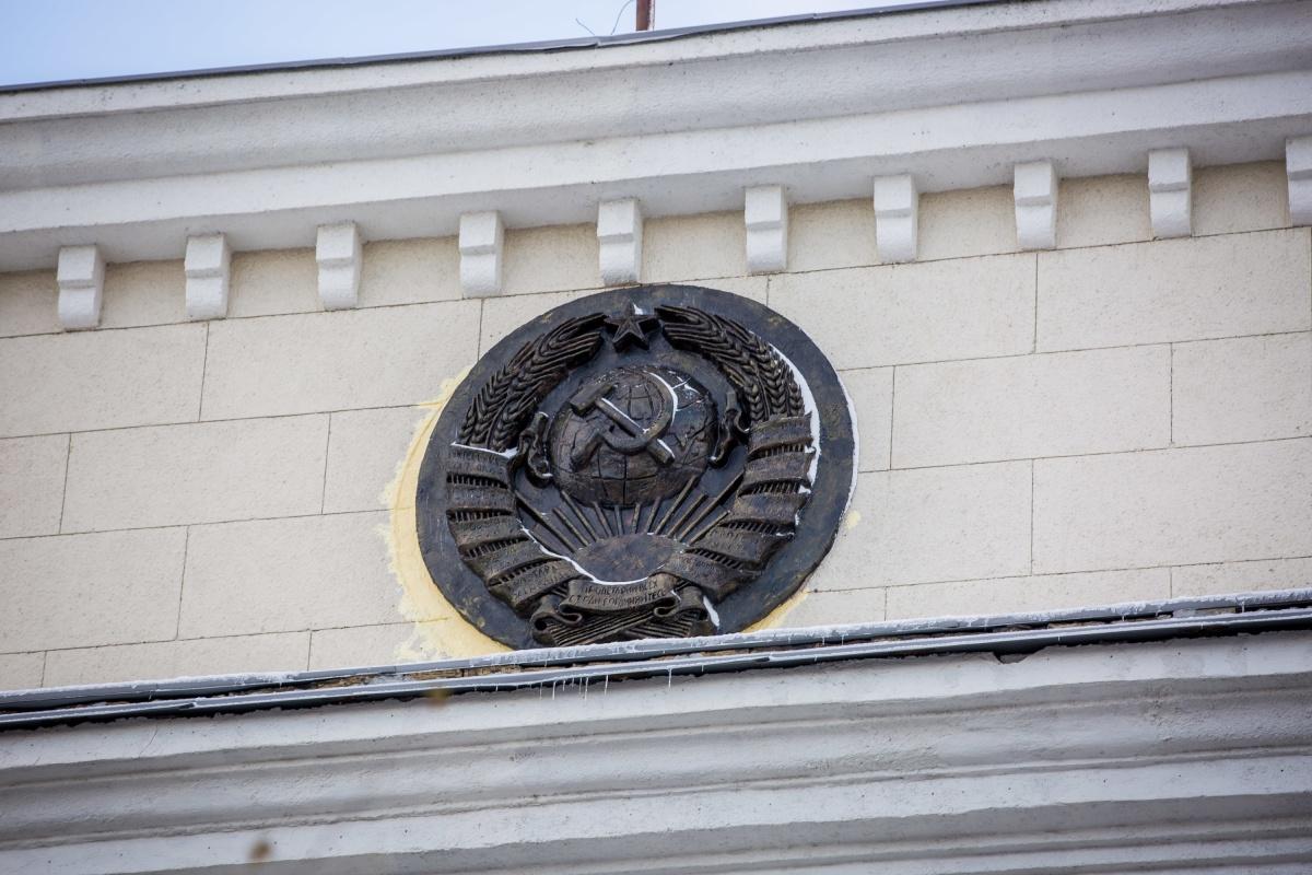 Советский герб пропал со здания в начале весны и вернулся на место только в конце октября