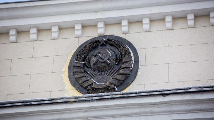 На историческое здание на Красном проспекте вернулся герб СССР