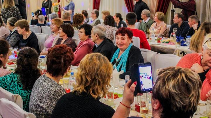 Зачем звезды«Битвы экстрасенсов», маги и целители собрали пенсионеров Новосибирска в придорожном кафе
