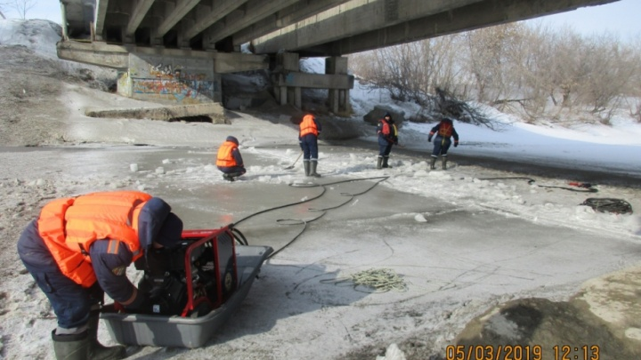 Фото: на реках под Новосибирском начали пилить лёд